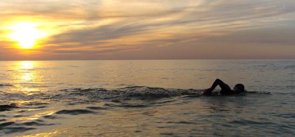 Las cinco claves para nadar en el mar con eficacia