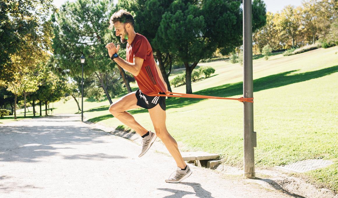 Corredor, ponte fuerte con estos ejercicios con gomas