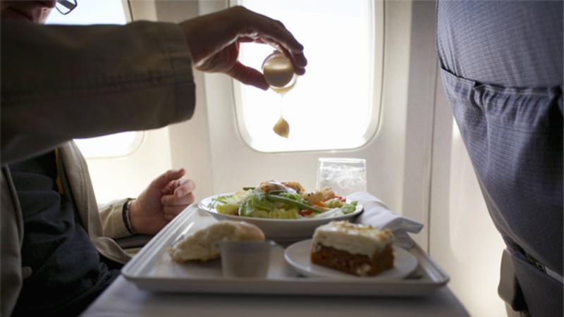 La razón por la que las comidas en los aviones sabe diferente
