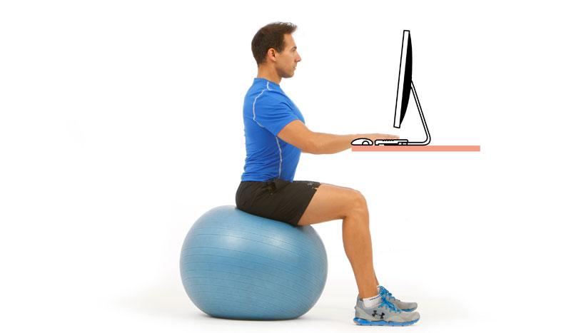 Mejora tu espalda usando el fitball como silla
