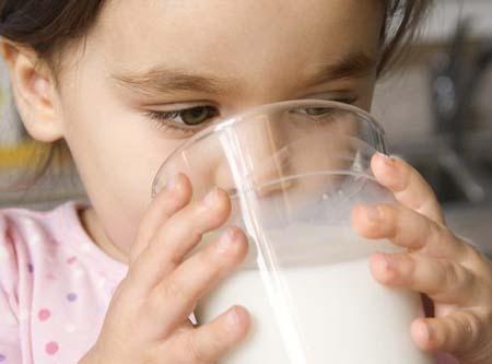 Bebe leche para ganar fuerza y masa muscular y perder grasa