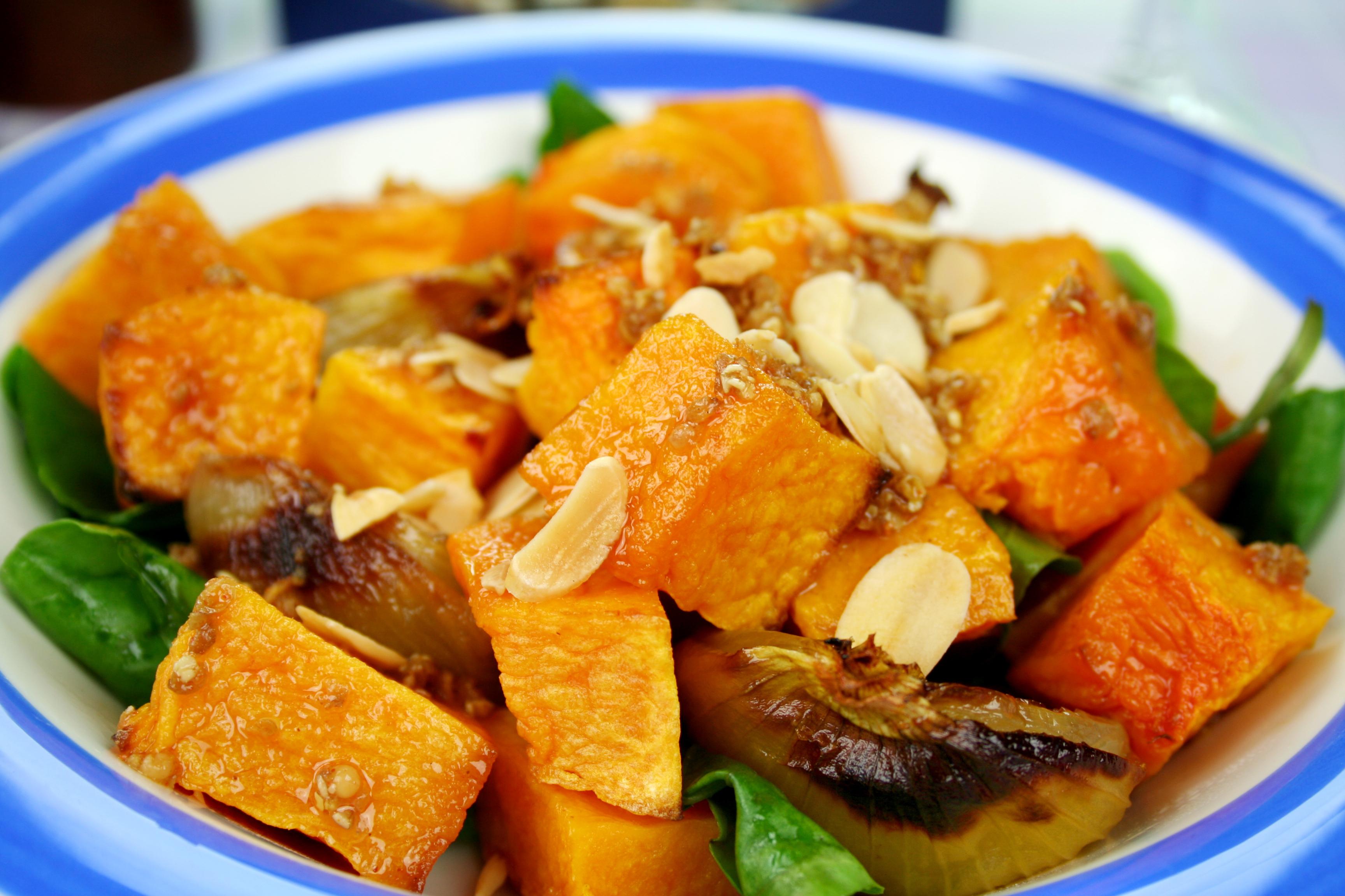 Ensalada templada de espinacas, calabaza, cebolla y almendras