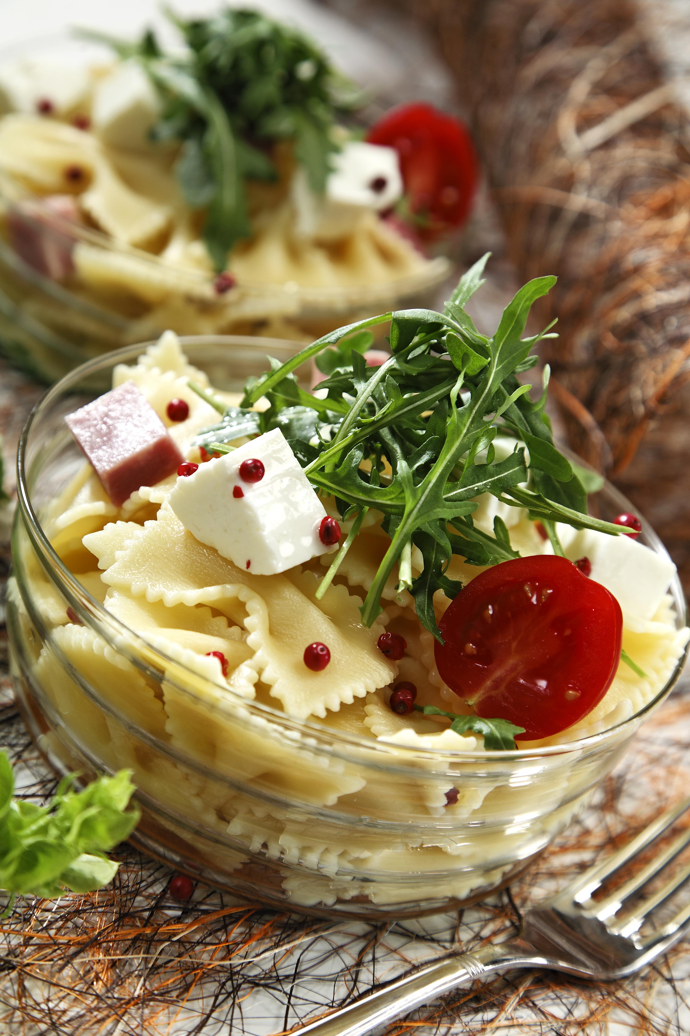 Ensalada ecológica de pasta con queso fresco, rúcula y tomates ecológicos