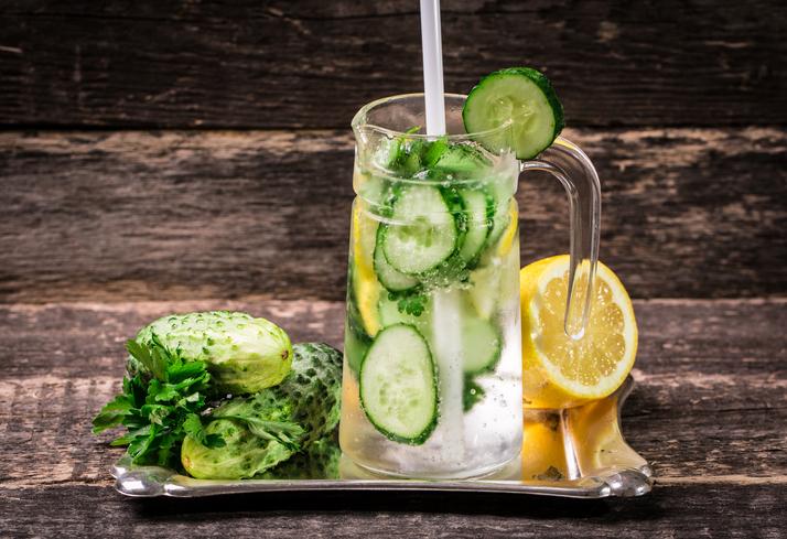 Bebida refrescante de limón, pepino y jengibre para deportistas