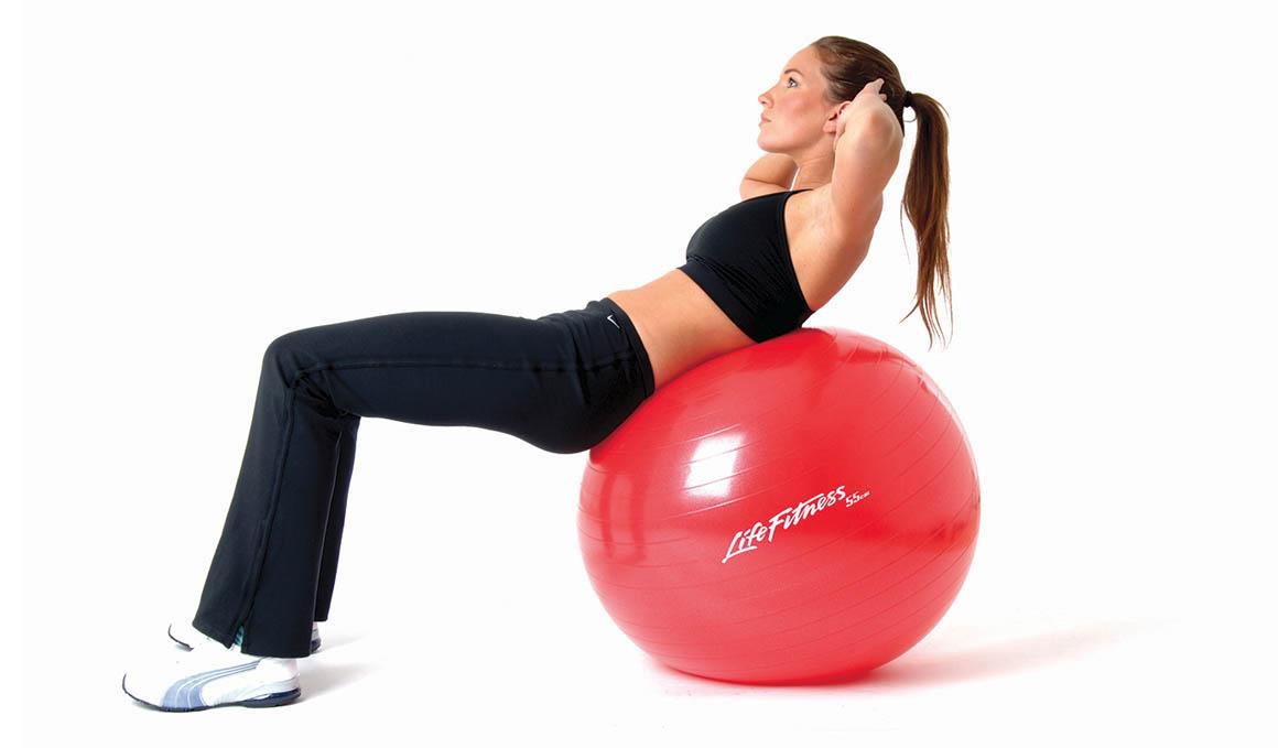 Los mejores ejercicios para entrenar piernas y abdominales con un fitball