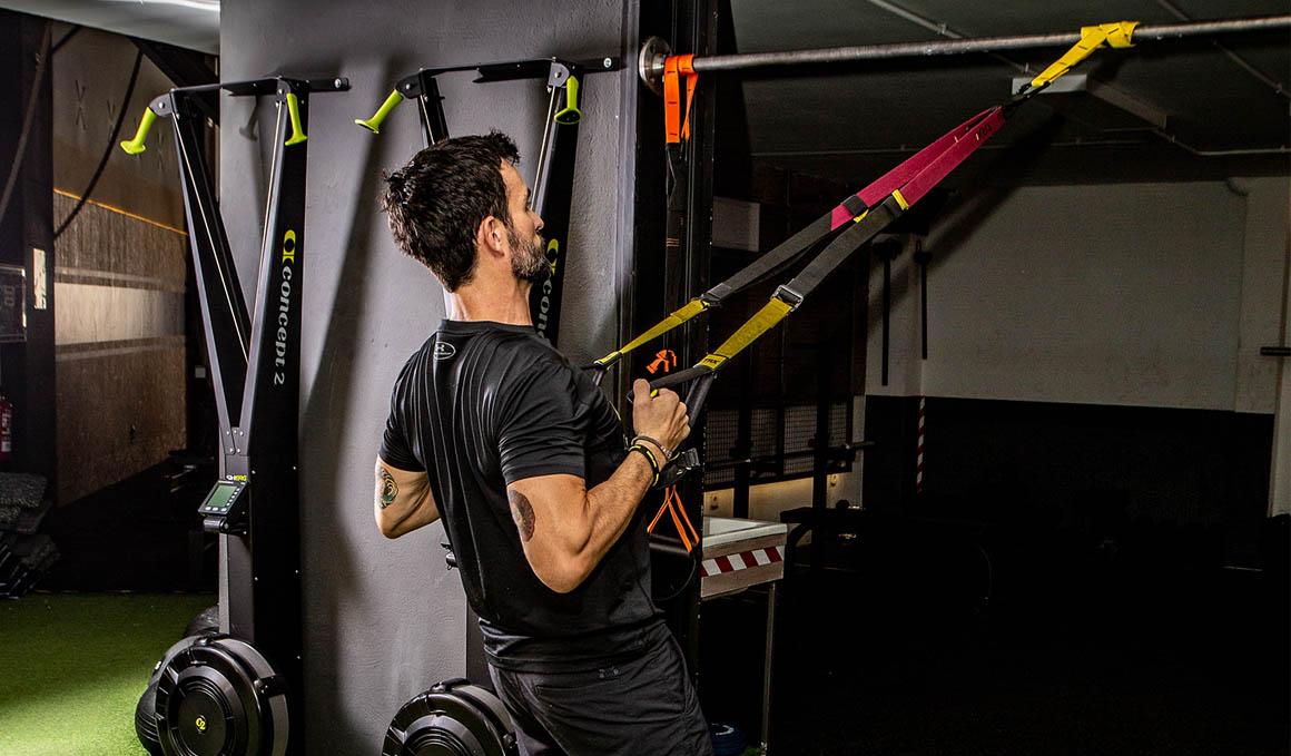 Los ejercicios para trabajar hombros, bíceps, tríceps y espalda con TRX