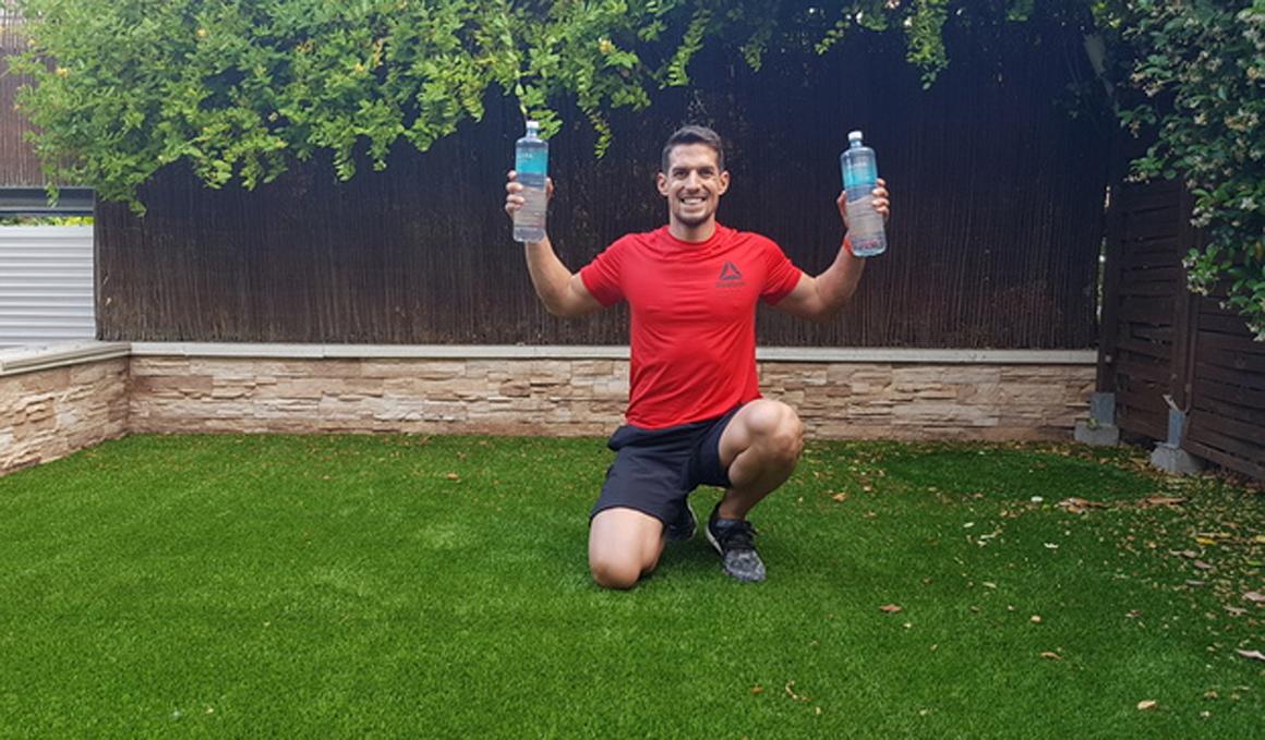 Rutina de fuerza con botellas de agua