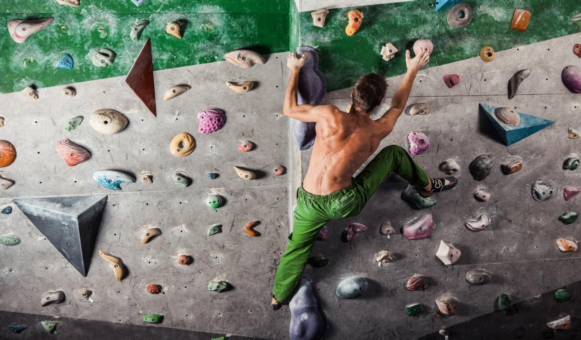 Comienza a escalar en el rocódromo con estos movimientos