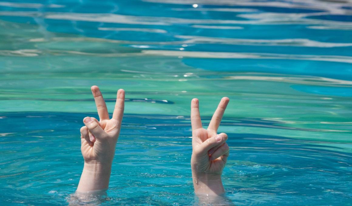¿Por qué se arrugan las yemas de los dedos cuando nadamos?