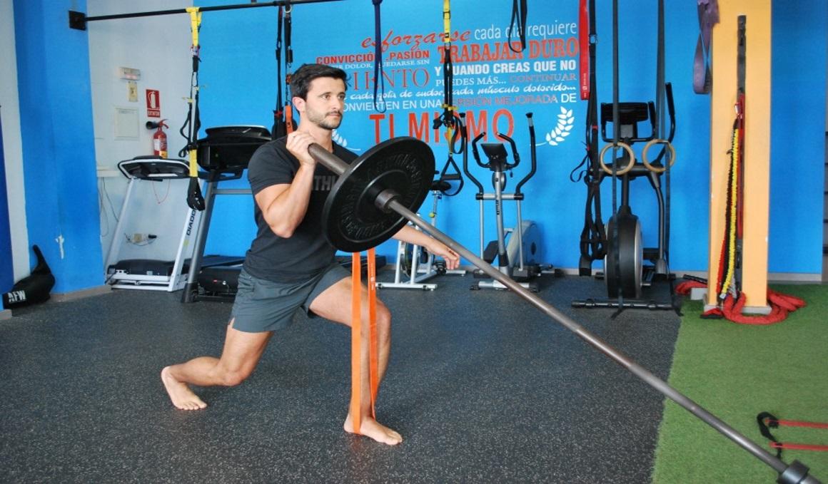 El truco del trainer para el press con resistencia adicional