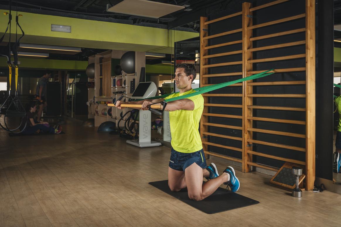 Trabaja cuádriceps, core, hombros y pectorales con un solo ejercicio