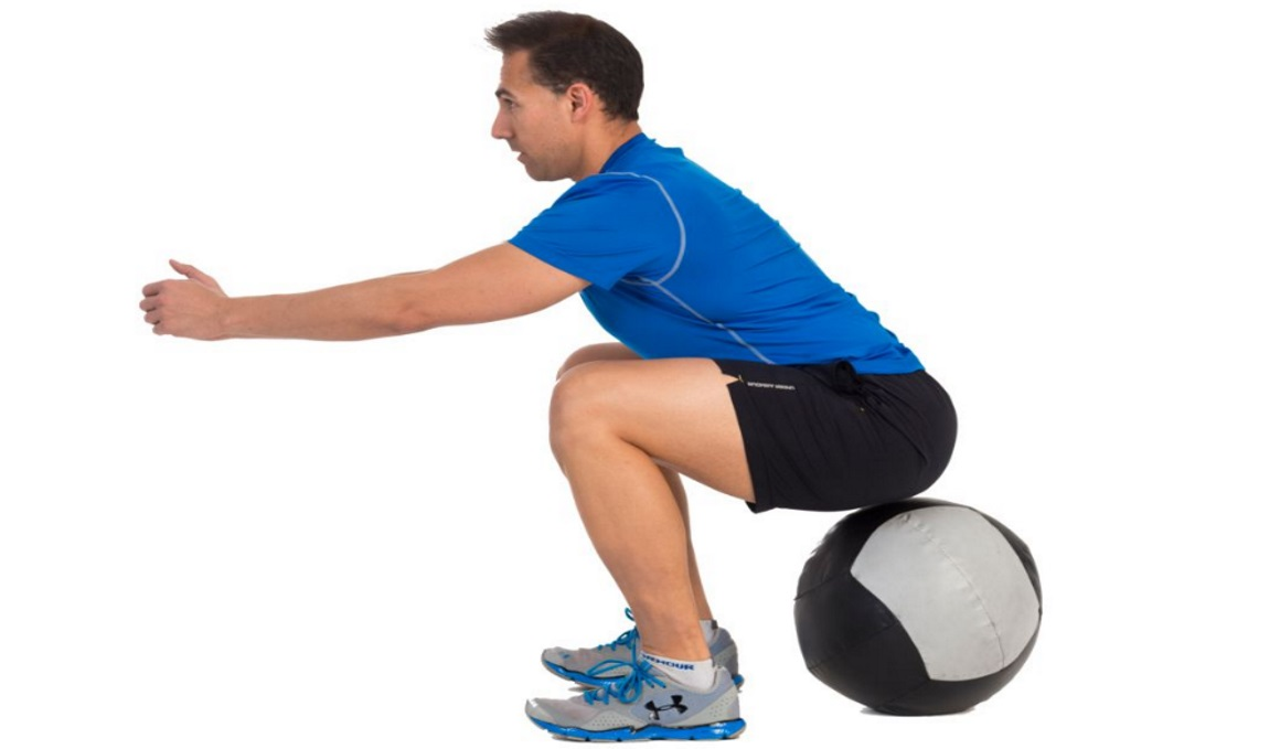 El truco del entrenador para llevar el pecho al frente en el squat