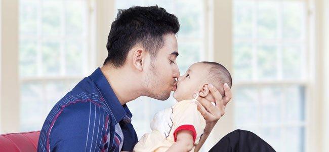 ¿Realmente ponemos en peligro a un bebé cuando le besamos?