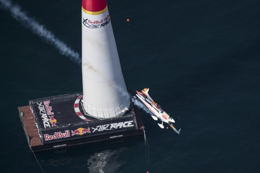 El piloto español Juan Velarde, noveno en la Red Bull Air Race Championship