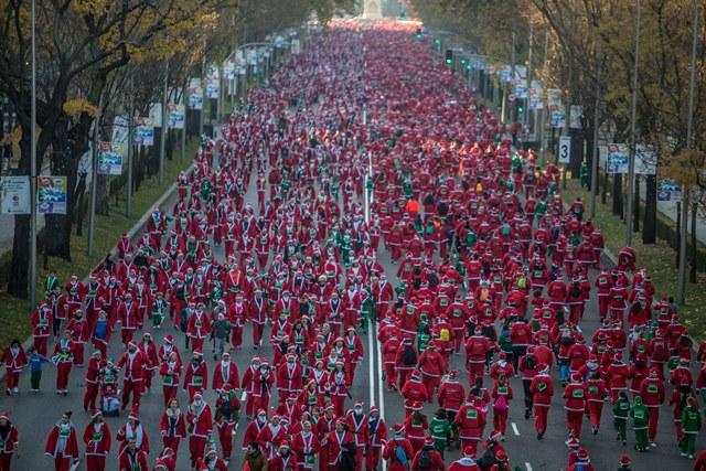 """Jesús España homenajeado ante los 7.000 """"Papa Noeles"""" corredores"""