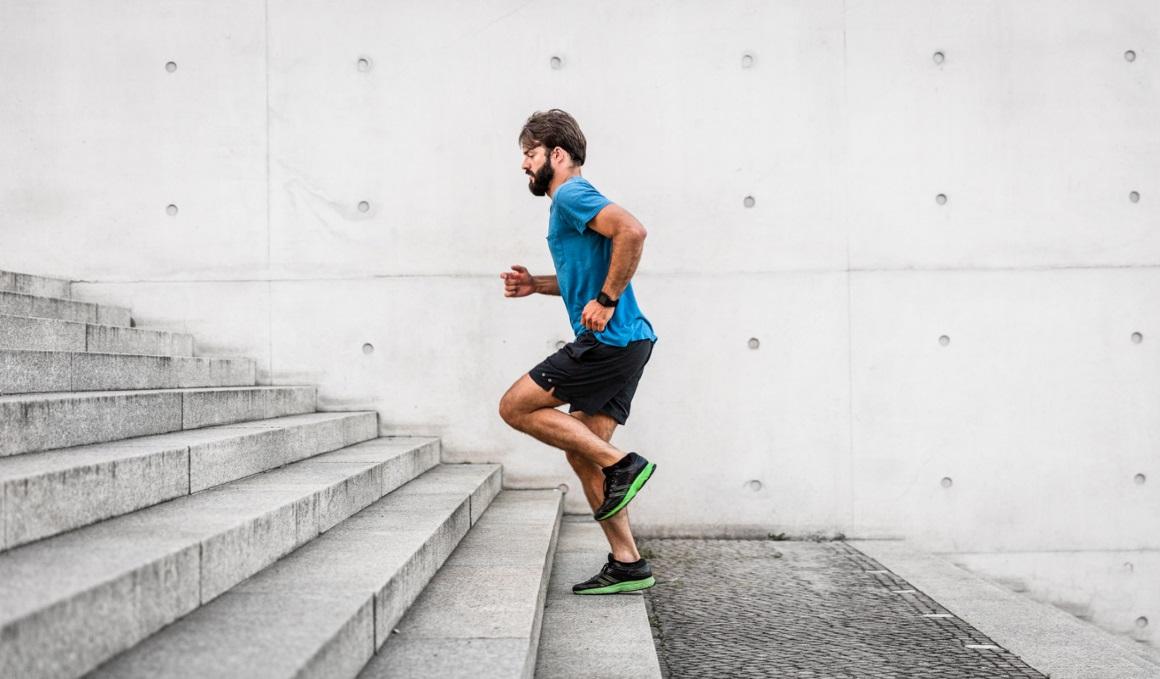 Corredor, entrena fuerza y técnica de carrera con estas sesiones