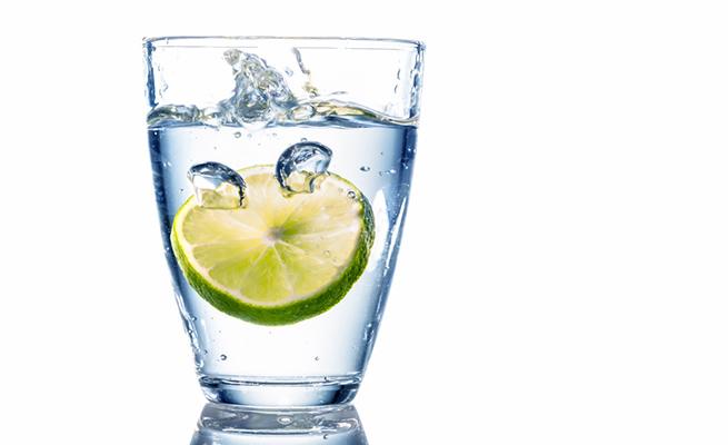 Las mentiras del vaso de agua con limón en ayunas