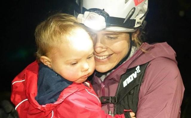 La super-mamá que ha ganado la Spine Race, 430 km con 13.000 m de desnivel....¡dando de mamar a su hijo!
