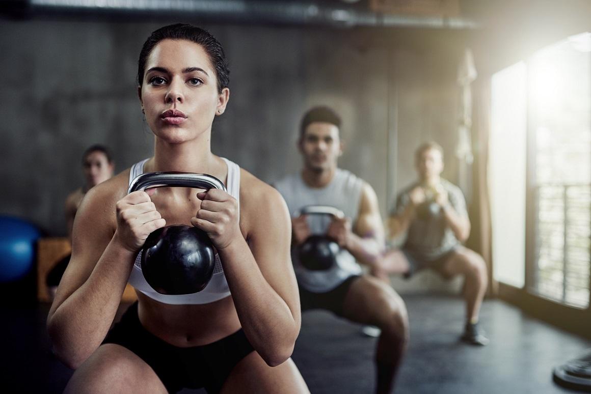 Tres ejercicios con pesas rusas claves para tu rutina
