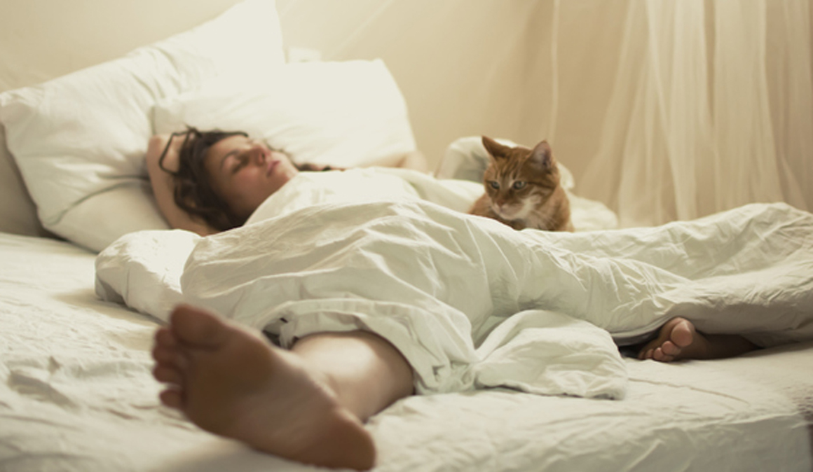Dormir más los fines de semana no te ayuda a recuperar el sueño y te puede hacer ganar kilos