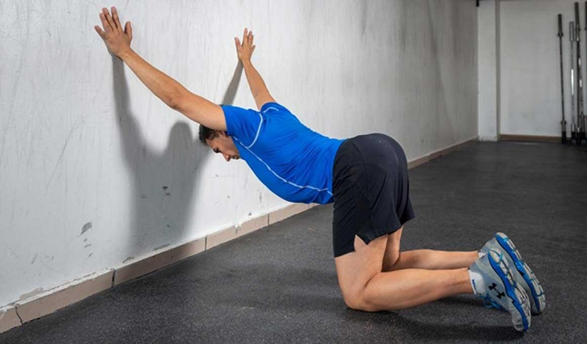 El estiramiento para ganar movilidad en los hombros