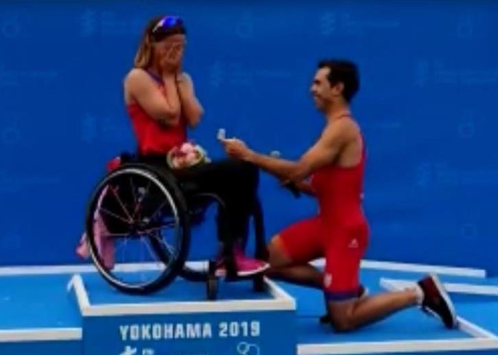 La pedida de mano de Eva Moral en el podio de las Series Mundiales de Triatlón