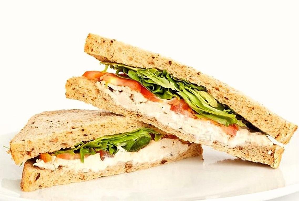 Mueren tres personas tras comer un sándwich de pollo en Inglaterra