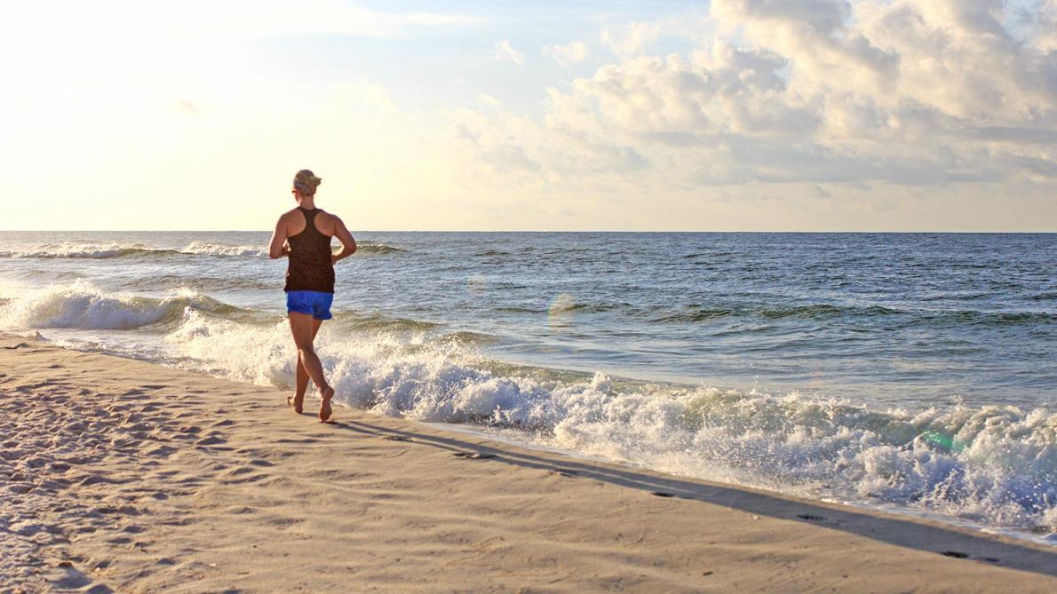 ¿Puede causarte lesiones importantes correr descalzo por la playa?