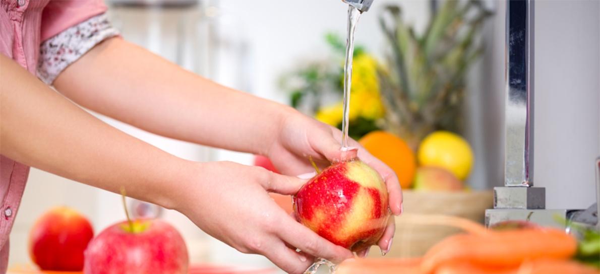 Para lavar la fruta no vale unos segundos bajo el grifo