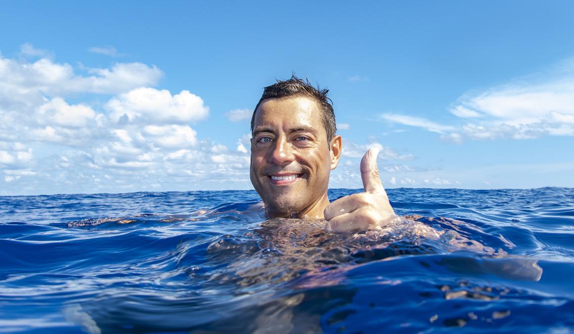 Pablo Fernández bate el récord Guinness mundial de los 100km a nado en solitario