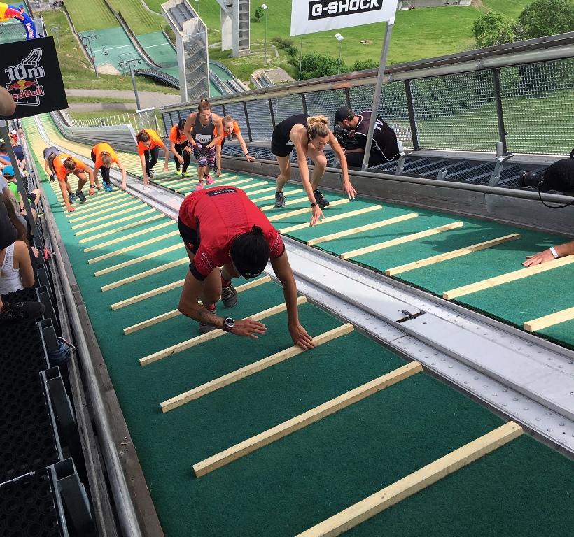 La carrera de sólo 400 metros....¡pero que sube una pista de saltos de esquí!