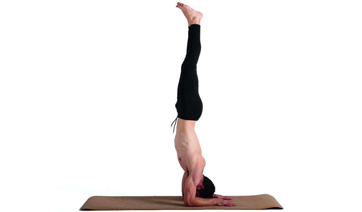 Una postura más equilibrada con la pose del pavo real, ¡aprende a hacerla!