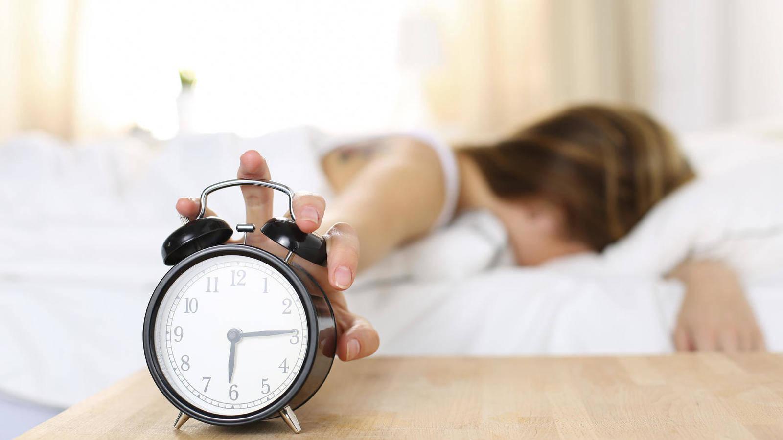 El daño que haces a tu salud cuando apagas la alarma para dormir cinco minutos más