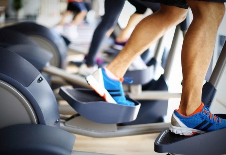 El entrenamiento de una hora en el gimnasio para perder peso