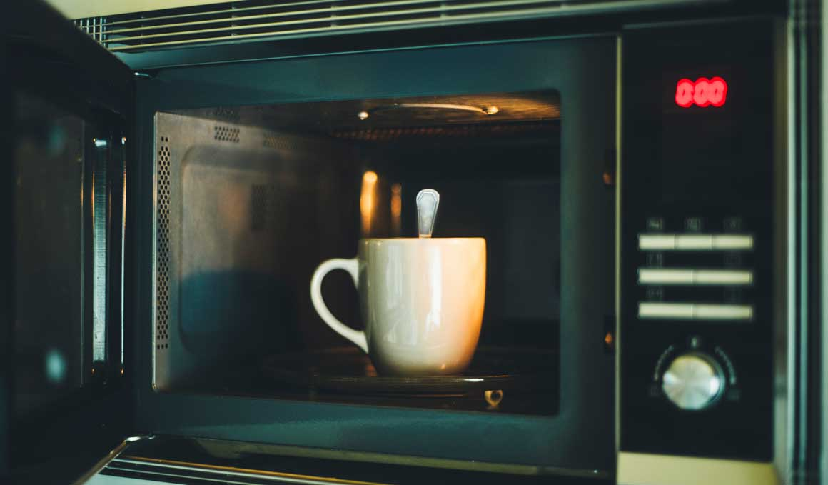 El truco de la cuchara metálica en el microondas