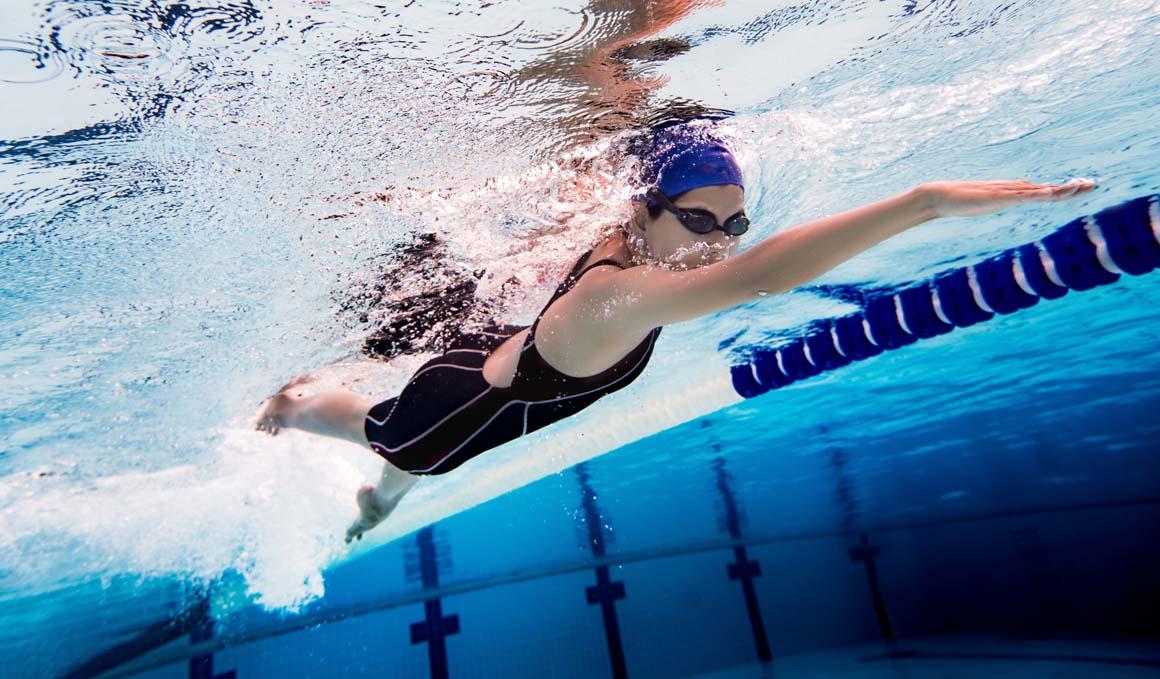 ¿Cómo evitar que se hundan las piernas cuando nado?