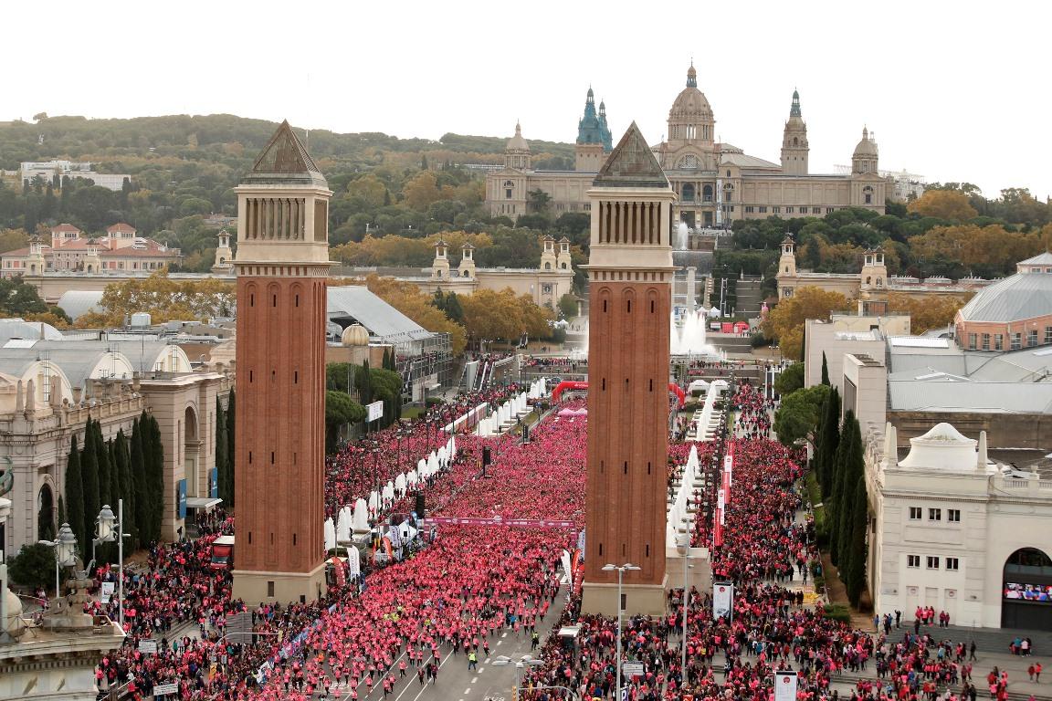 Toda Barcelona se une para formar una gran marea rosa
