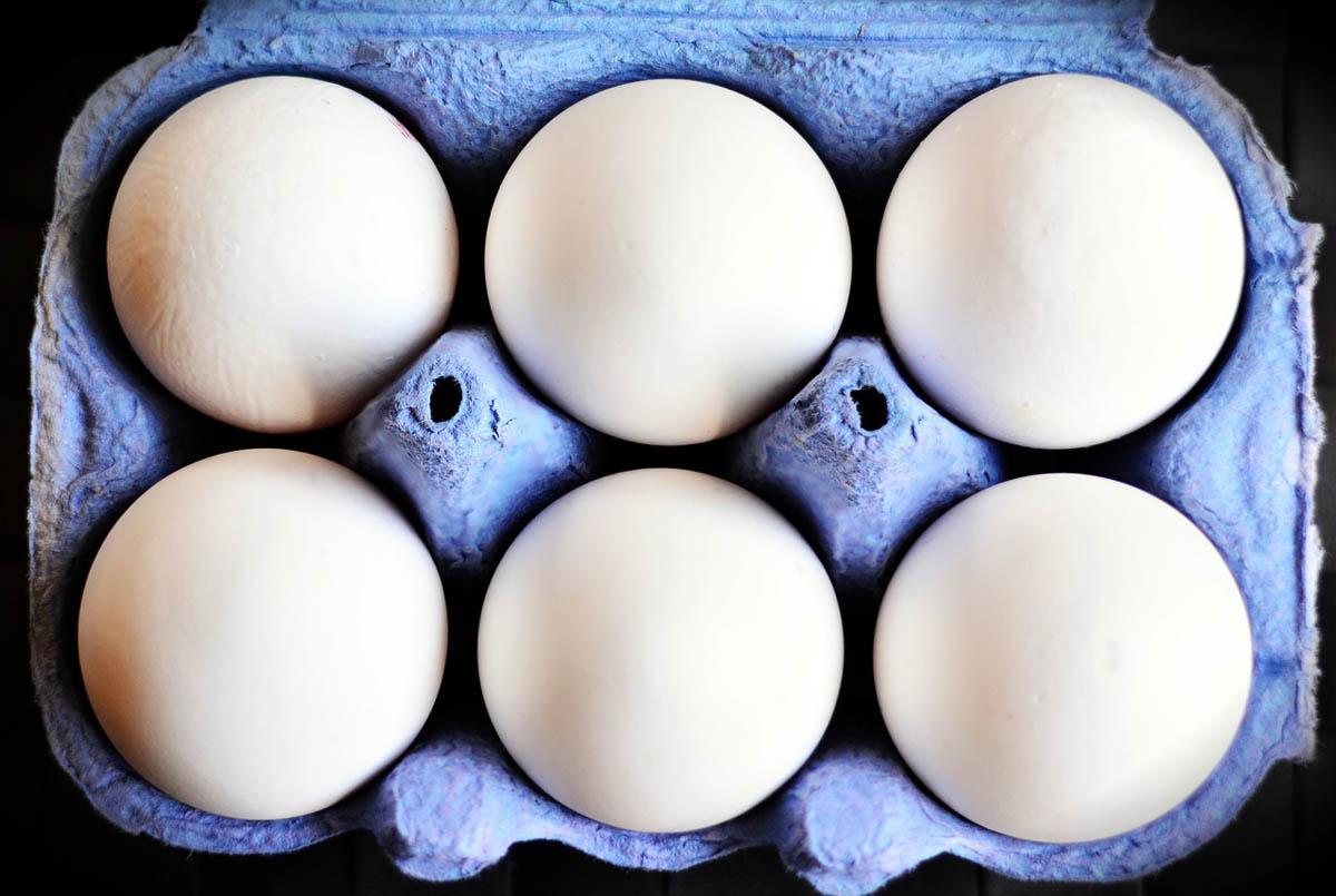 Las tres razones para NO guardar los huevos en la puerta de la nevera