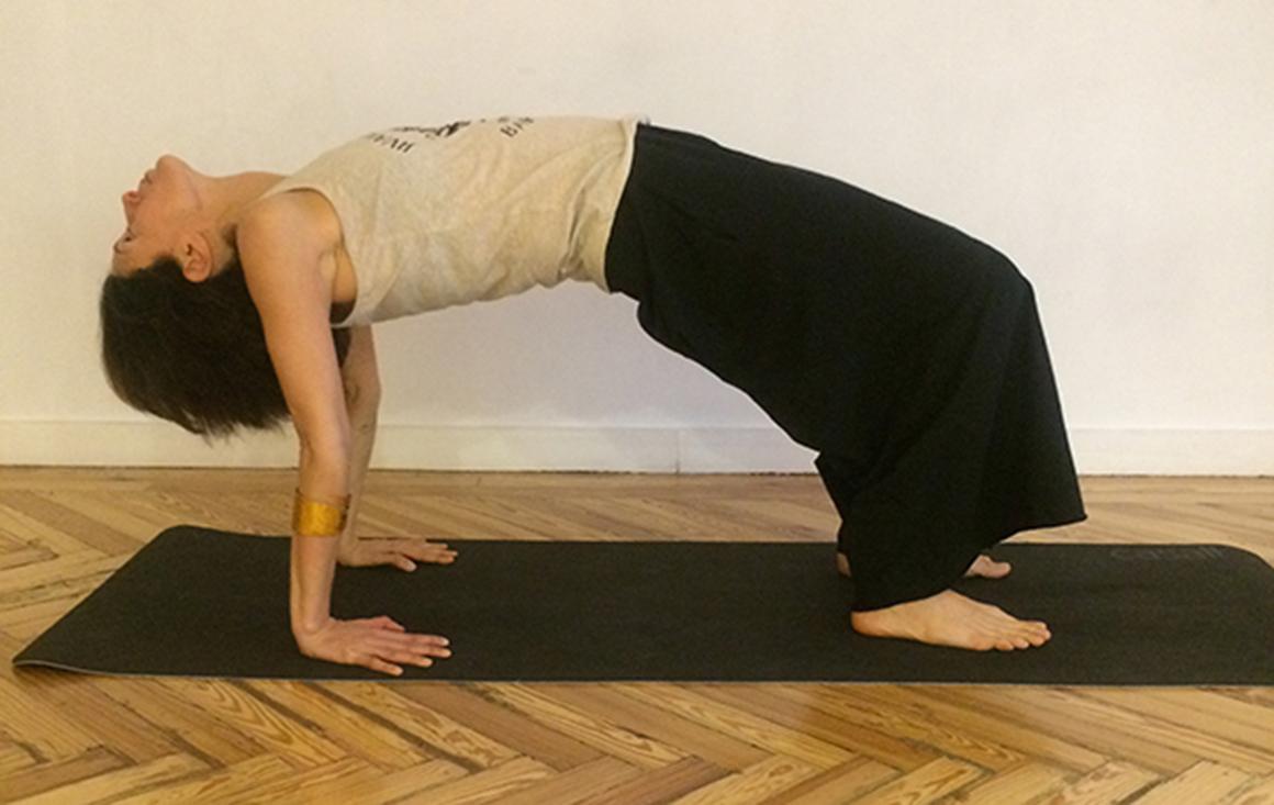 Las 10 posturas mágicas de Jivamukti Yoga