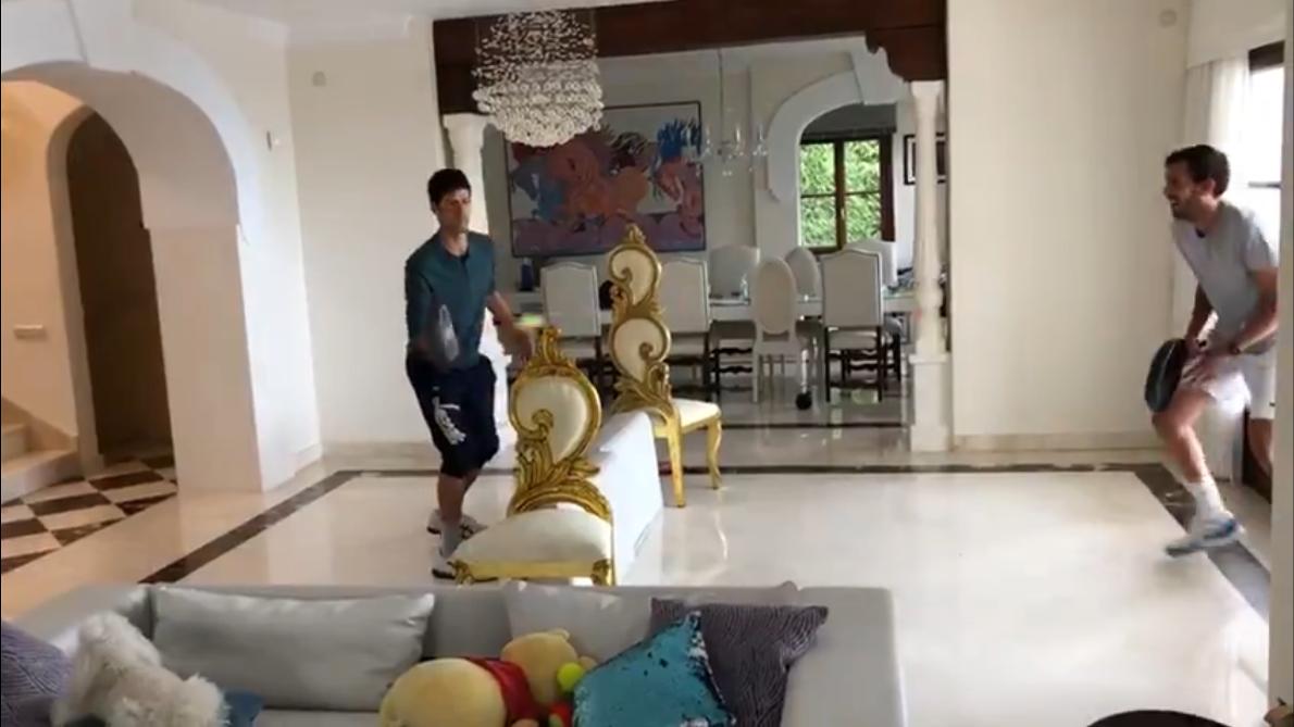 El increíble punto de Djokovic jugando con una sartén en el salón de casa