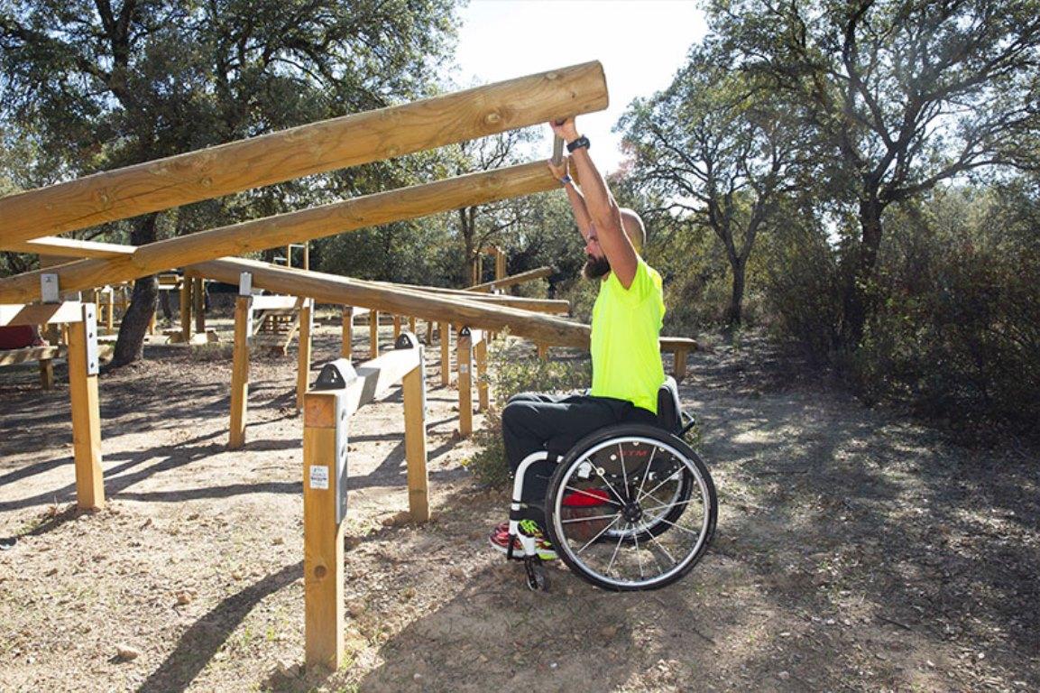 Un gimnasio de madera al aire libre, innovador, sostenible, ecologico, inclusivo y sin impacto medioambiental.