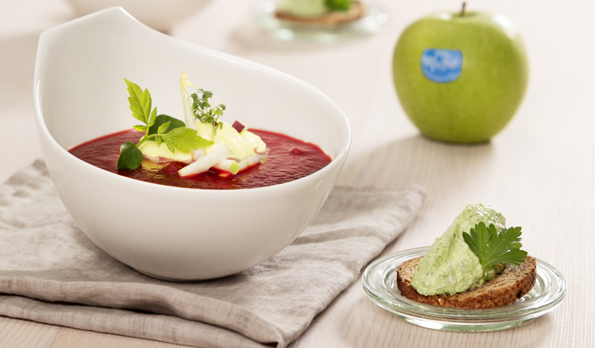 Receta de Sopa de Manzana y Remolacha con Yogur a la Cúrcuma