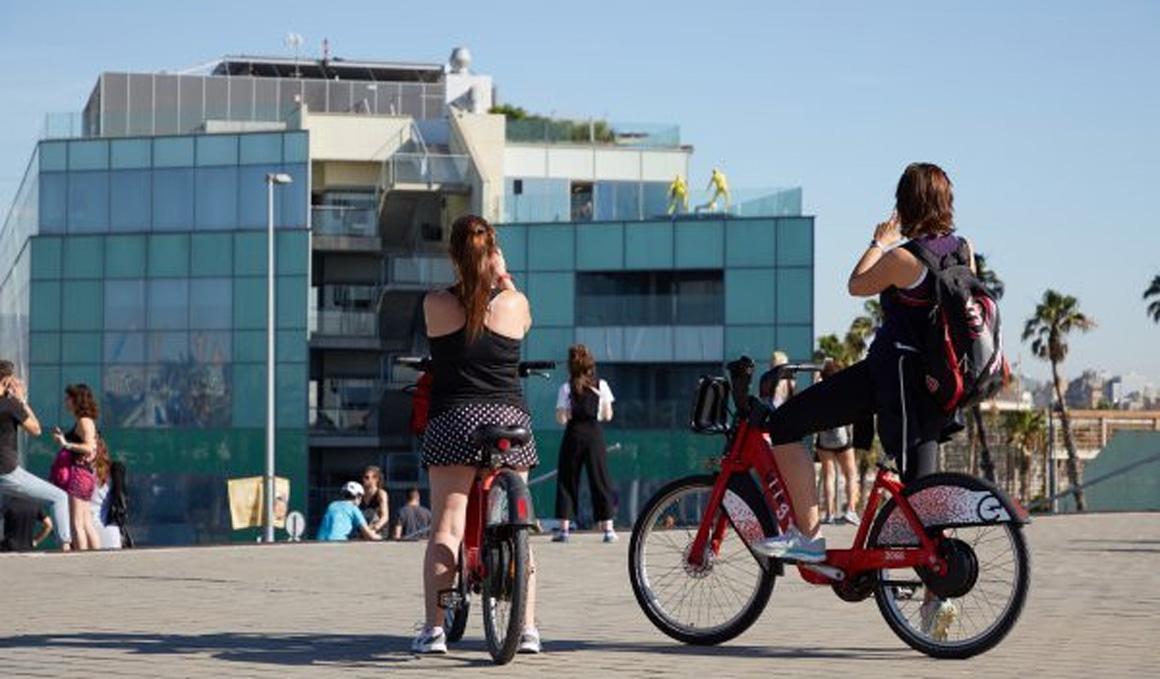 La canción que anima a respetar la distancia de seguridad en la Barceloneta