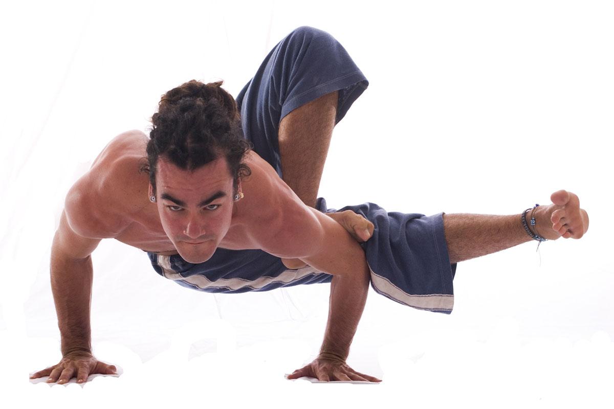 ¿Conoces el Rocket Yoga? Puedes hacer una clase online con el profesor David Kyle en ZUYONLINE