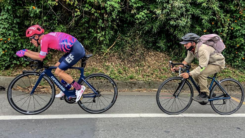 Iba a 45 km/h con la bici de crono...¡y un campesino se le puso a rueda!