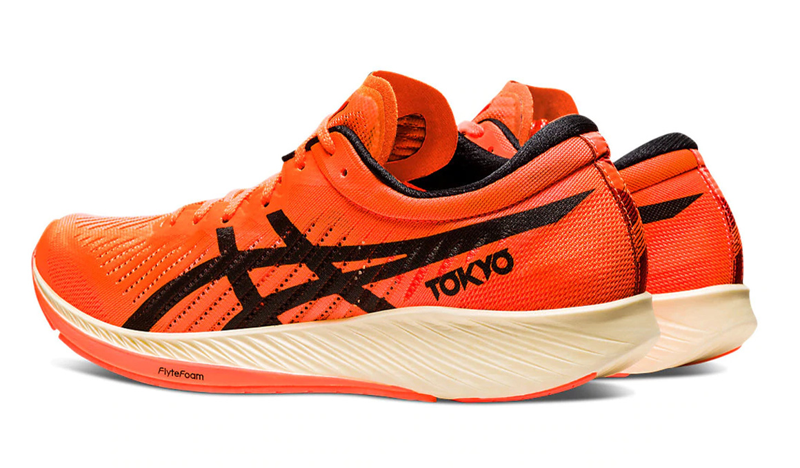 ASICS presenta sus zapatillas con placa de carbono