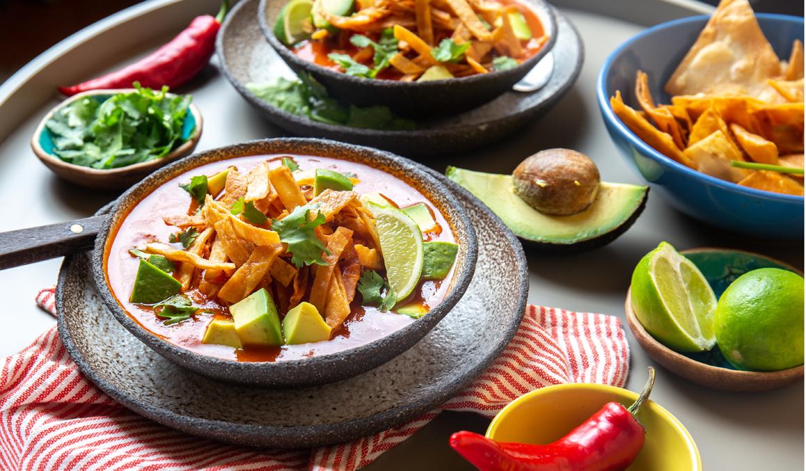 Receta de Sopa Azteca de Aguacate y Tomate con Tortilla de Maíz