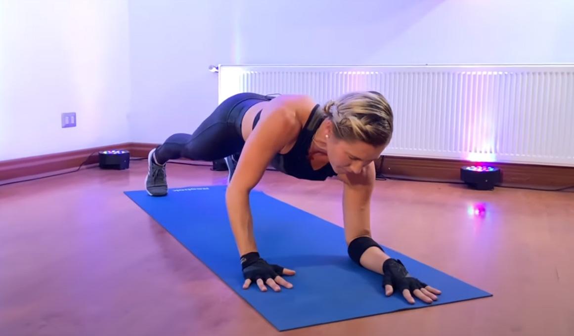 Pon a tono tus brazos, torso y espalda con este entrenamiento de 7 minutos