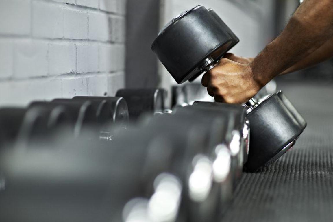 10 ejercicios para entrenar todo tu cuerpo sólo con unas mancuernas