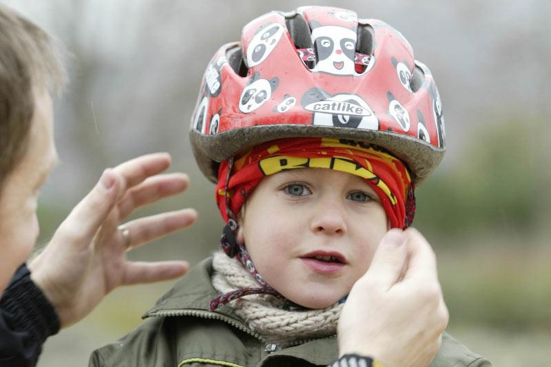 Los niños en bici, siempre con casco